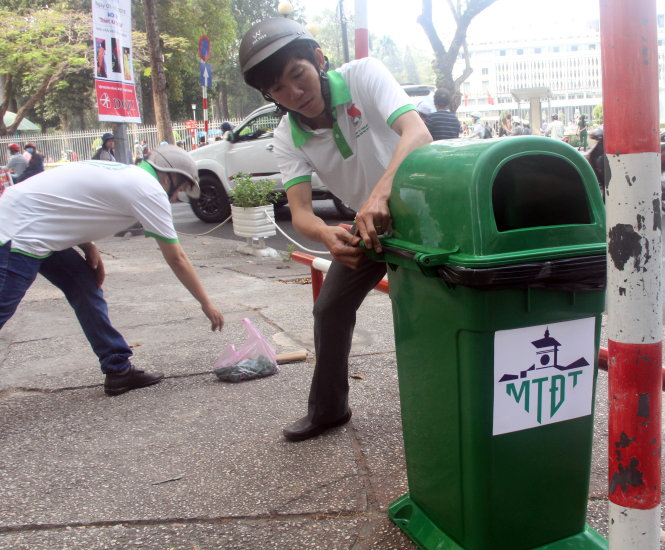Công nhân Công ty TNHH mÙt thành viên môi tr°Ýng ô thË TP l¯p ·t thùng rác công cÙng trên các tuy¿n °Ýng trung tâm TP, thÝi iÃm tháng 3-2016 ¢nh: Quang Kh£i
